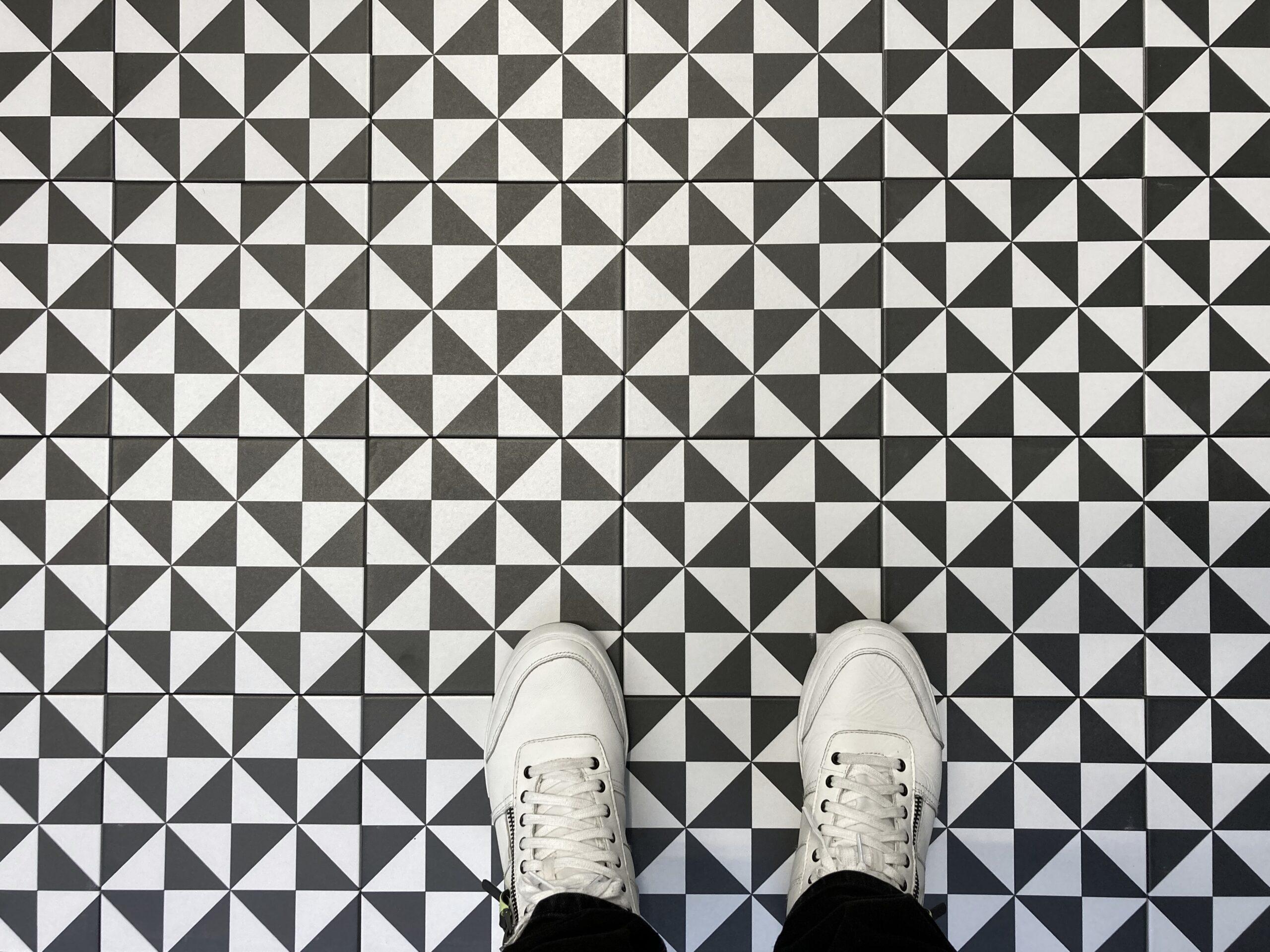 płytki czarno białe trójkąty zdjęcie