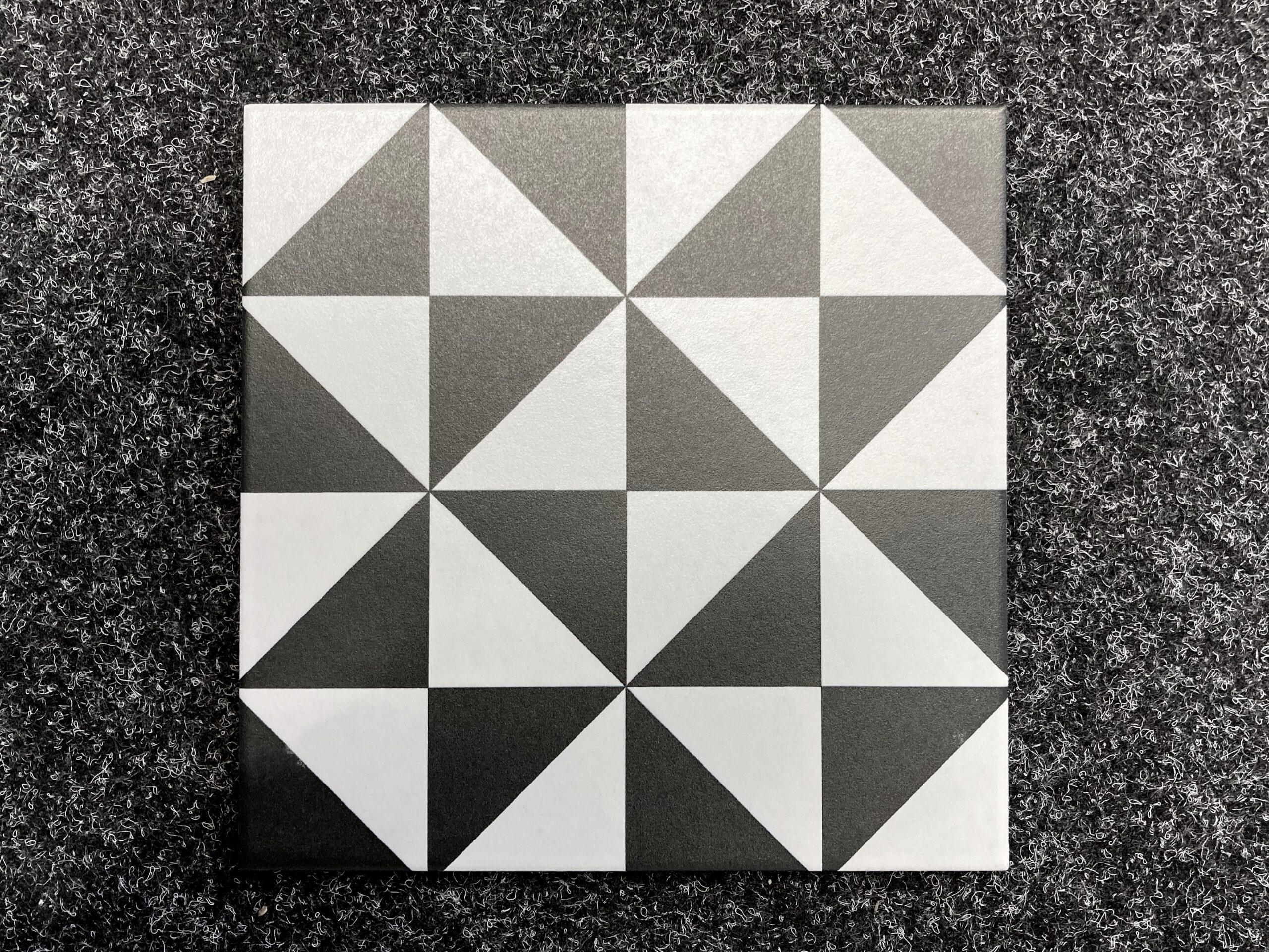 płytki czarno białe trójkąty wzór