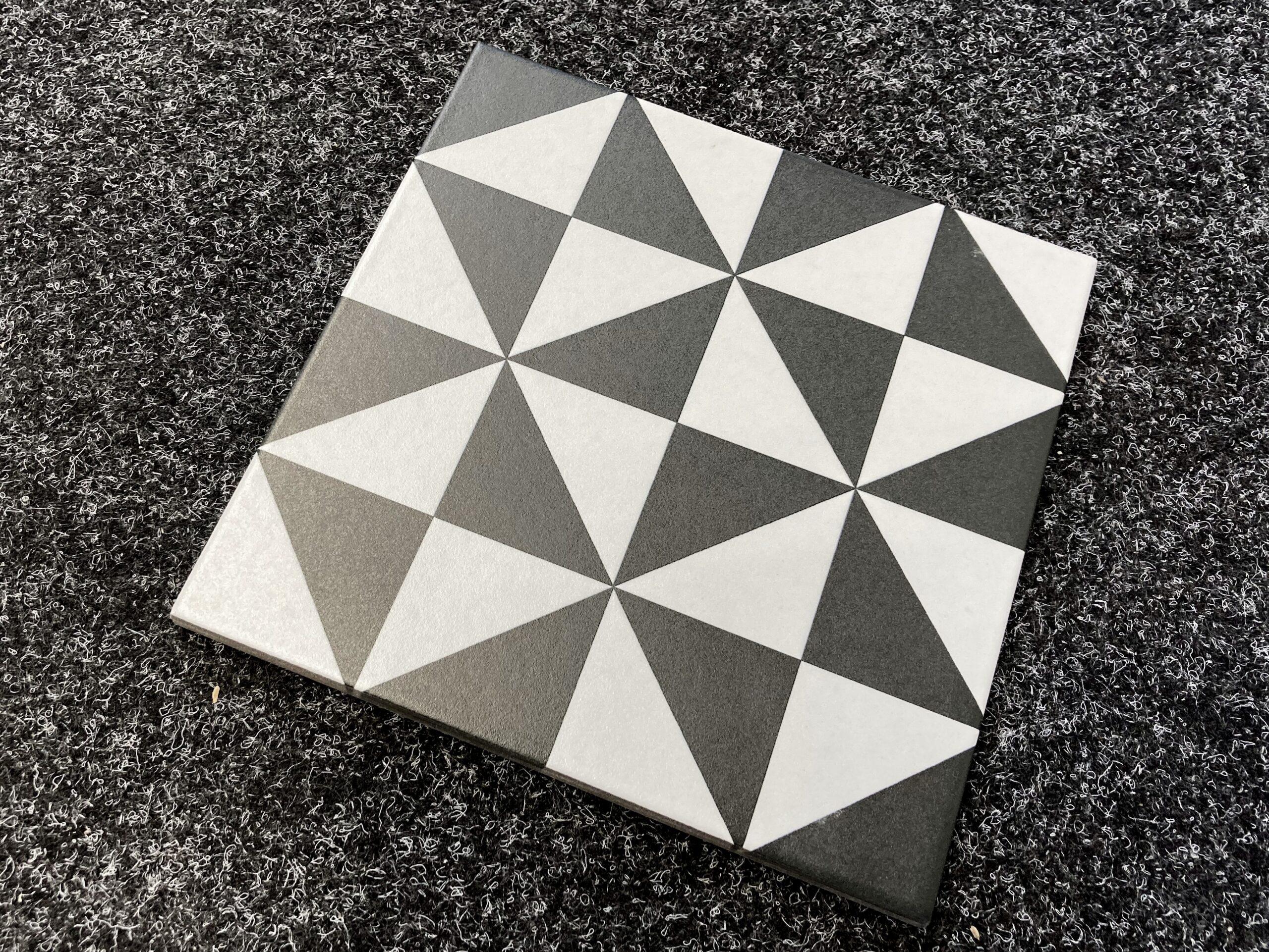 płytki patchwork czarno białe trójkąty